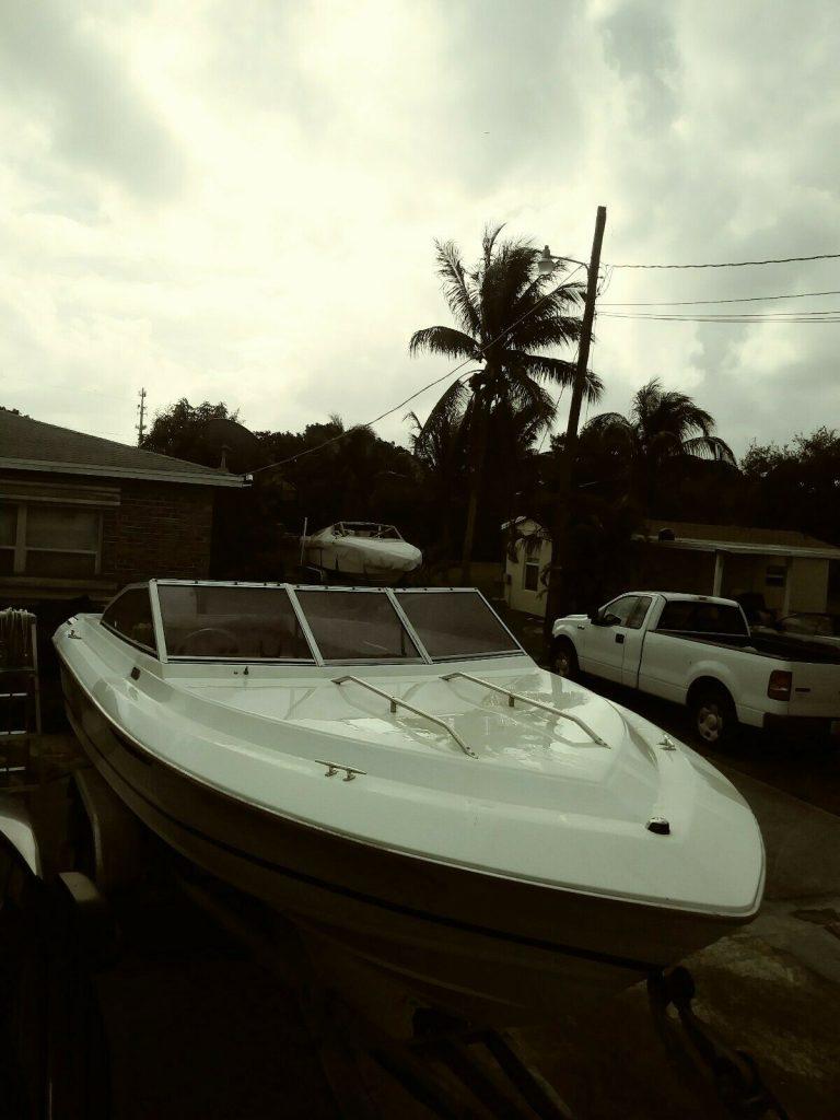 1986 SunRunner 20′ Boat, Rebuilt 185 HP Johnson, Alluminum Double Axel Trailer